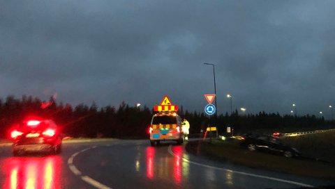 ÅKROKEN: En bil kjørte utfor vegen etter å ha vært uoppmerksom på skilting.