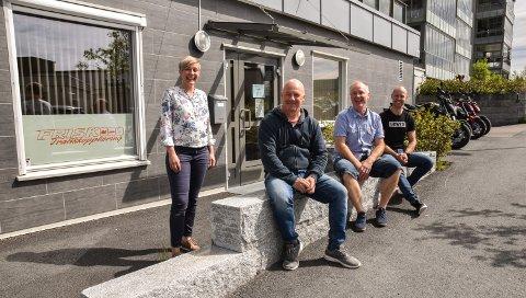 NYINNFLYTTET: Staben hos Frisk Trafikkopplæring utenfor de nye lokalene. Fra venstre: Gry Myrvang, Frank Rønningen, Arne Ivar Hodøl og Jørgen Stensløkken.