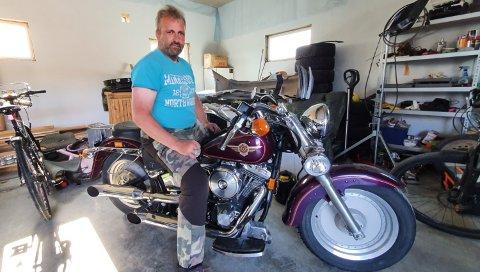 BLE BRÅSTOPP: For Trond Bysveen ble årets første motorsykkeltur mer dramatisk enn han hadde tenkt seg. Sønnen Trym satt bakpå.
