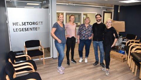 HELSETORGET: Kristine Gaarder (fra venstre), Hanne Maartmann, Mona Amundsen, Joseph DeLuca, Trude Bæk da de nye lokalene var klare i fjor sommer.