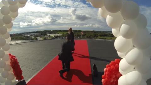 FRIERI: På toppen av Amfi Madla gikk Christian Ottesen ned på kne foran Cecilia Vik. Skjermbilde: Privat video