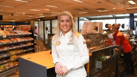 Butikksjef: Karina Koteng styrer Shell-stasjonen i Furnesvegen.