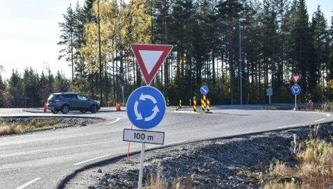 DENNE FJERNES: Rundkjøringa på Ebru skal nå fjernes.