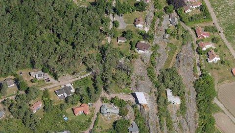 De nye tomtene er planlagt på deler av de ubebygde arealene omtrent midt i bildet. Planområdet er på 6,4 dekar.