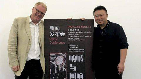 MUNCH PÅ KINESISK: Morten Zondag og Ma Felix sammen med utstillingsplakaten. De to har kuratert utstillingen. FOTO: PRIVAT