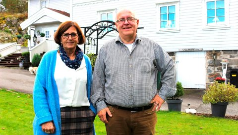 MOT STRØMMEN: Anne Kari Mølmen og Gunnar Moen flyttet fra luksusleilighet med svømmebasseng i Langesund til dette gamle huset fra 1876 på 330 kvadratmeter med 1,3 mål tomt. – Noen sier at vi har flyttet fra sentrum til periferien, men vi bor akkurat der vi har lyst til å bo.