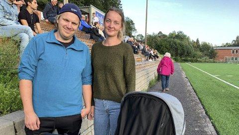 FORELDRENE: Daniel og Martine Osen Ellefsen. Her på fotballkamp med lille Martinius i vogna i august.