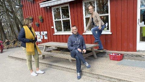 KOM MED PENGER: Holt er sprudleglad for at barnehagen fortsatt kan drives videre i balanse. Anne Karin Alseth Hansen og Anders Rambekk kom på besøk med tilskuddsnytt. Sammen flagger de regjeringens politikk.