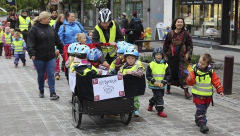 EGEN PARADE: Min Barnehage på Øyekast ledet an i den lille paraden, etterfulgt av Rønningen barnehage og flere andre som hengte seg på. Paraden, som besto av rundt 50 barn, markerte åpning festivalgata under årets teaterfestival i Porsgrunn.