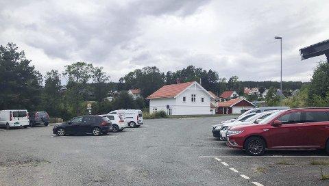 MANGE BILER, INGEN PÅ STRANDA: Naboer spør om disse bilene egentlig skal oppta p-plasser ved Heistadstranda der forholdene på fine dager er kaotiske. Onsdag var det ingen på stranda.
