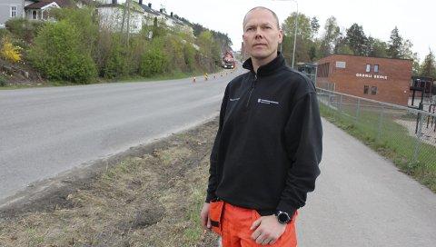 – TA HENSYN: Bjørn Roger Aanesen i kommunalteknikk ber bilister og andre trafikanter om å vise hensyn til asfaltarbeidene som skal utføres  i Deichmansgate og Brattåsvegen om ikke lenge. – Det er snakk om ganske store maskiner, påpeker driftssjefen.