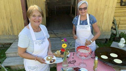 SERVERING: Reidun Kaasi og Ellen Kristoffersen hadde 30-40 gjester på kafeen i prestegårdstunet fredag og serverte nystekt og nysyltet. De har gjort det bystyret så langt ikke har klart, «åpne byrom med historisk sus».