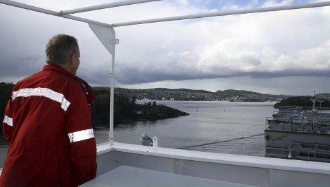 SKIPSLED: Kalvenløpet er i dag en av to farleder for skipstrafikken inn og ut av Grenland, her med los om bord. Den andre farleden er Dypingen. Til høsten starter Kystverket på arbeidet med å utdype farvannet i Gamle Langesund mellom Gjeterøya og Langøya. Gamle Langesund skal ha som formål å være en rettere og sikrere farled for skipene.