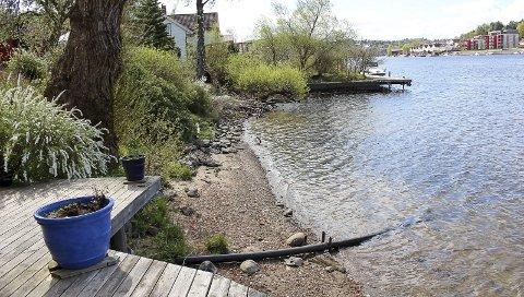 HVOR KOMMER TURVEIEN HER? Ap vil ha turveien langs elva, ikke i svinger opp i gatene. men de kan tenke seg å legge turveien på pæler utenfor strandeiendommene.