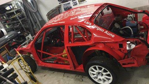 MYE ARBEID: Markus Grønningsæter har brukt vinteren til å bygge opp rallycrossbilen igjen etter fjorårssesongen. Nå er han klar til en ny sesong, som blant annet omfatter helgas Nordlandscup på Røssvoll Motorstadion. Foto: Privat