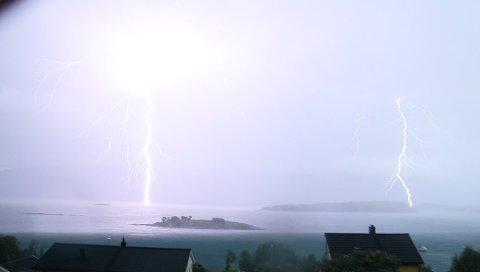 LYN: Det blir kanskje torden og lyn i ettermiddag. Dette bildet tok Arild Koch i Lyngen da det lynte som verst på torsdag.