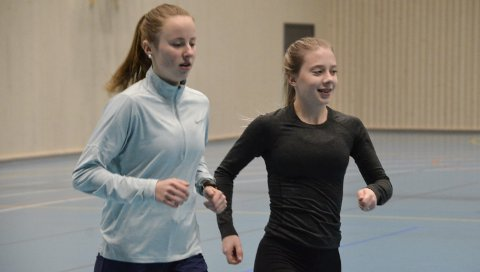 SATSER: Johanne Møllevik Rødsjø (t.h) på trening med Rana FIK og venninna Lisa Bøe denne uka. Fra og med denne sesongen er Johanne en del av Steinkjer Friidrettsklubb, men hun kommer til å trene mye i Ranahallen.
