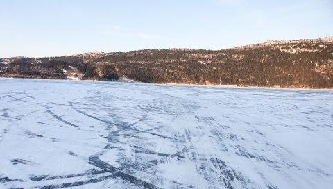 Både Rana Blad og politiet har fått tips om at det kjøres bil på Langvatnet. Sporene levner liten tvil.