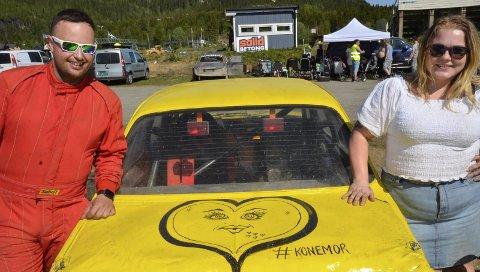 KUNSTBIL: Svigermor Peggy Dokken har dekorert bilcrossbilen til ære for sin datter Lindy – med svigersønnen Stian Grønningsæter bak rattet. Foto: Trond Isaksen