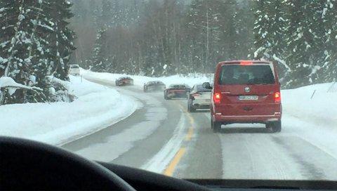 Den eksklusive konvoien på vei nedover riksvei 25 mot Elverum i hastigheter under fartsgrensen.