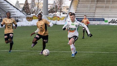 HÅPER PÅ KONTRAKT:  Kantspilleren Calvin Roddie håper på HBK-kontrakt. I 2-1-seieren mot Nybergsund viste han seg fram for Hønefoss. Det gjorde også Parris Mason.