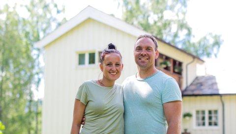STOLTE EIERE: Ekteparet Gina Steinhanses Bergersen (34) og Erik André  Bergersen (34) overtok Myrbakken i 2018: – Vi stortrives!