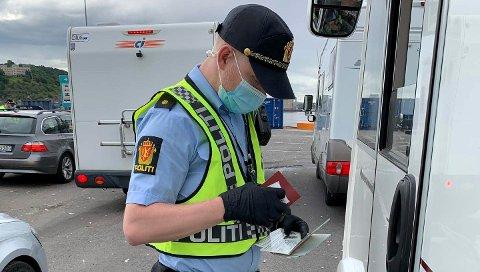 KONTROLL: Politimann kontrollerer en bobil på grensen til Norge. Grensekontroll av biler som ankommer Norge fra Danmark med ferge. Arkivfoto: Politiet