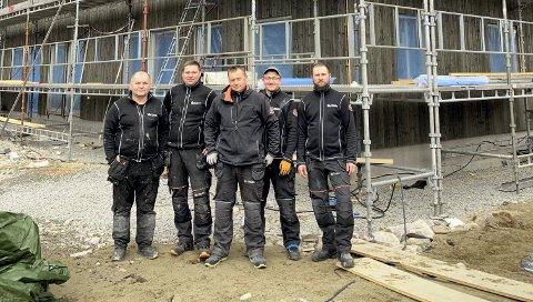 JOBBER PÅ SPRENG: Snekker Tomasz Skowronowski (i midten) og hans polske og serbiske kollegaer er på vei inn i brakka for en velfortjent kaffepause. Her jobber de med åtte leiligheter for Flaata Entreprenør.