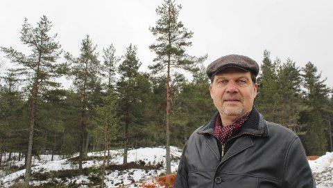 Skader turområde: Leder Knut Arne Moen i Gjelleråsmarkas Venner er ikke glad for planene om en skytebane i furuskogen bak ham. Sier politikerne i Skedsmo nei, blir ikke banen realisert. Også Fylkesmannen må godkjenne planene. Moen er ikke minst bekymret for all fyllmassen som er planlagt deponert. Begge foto: Rune Fjellvang