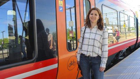 Kronglete: Det er begrenset plass til sykkel på norske tog og tilbudet er dyrt. Hun har selv prøvd å ha med sykkel på toget er usikker på om hun gjorde det riktig. Nå vil hun gjerne like regler og gratis sykkelplass på toget utenom rushtida. I rushtida synes hun det er naturlig å prioritere passasjerene. Foto: Rune Fjellvang