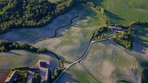 SKRIKER ETTER REGN: Landbruket på Romerike trenger desperat regn. Til helga er det endelig meldt nedbør.