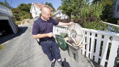 TILGANG: Slik ser slangepostene som er plassert rundt om i Holmsbu sentrum. Overingeniør Jarle Haugsrud sier verken brannvesenet eller Hurum kommune ønsker en storbrann som Lærdal ble utsatt for i 2014.