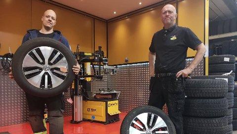 DEKKMESTERE: Jan Roar Heggelund (55) og Frank-Andre Johansen (29) bruker noen av landets mest avanserte maskiner når de skal skifte og balansere dekk.