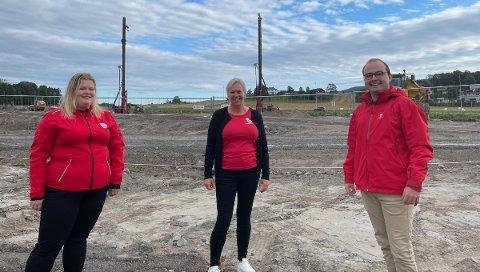 SENTRUMSSKOLEN: Sindre Lysø, generalsekretær i AUF, fikk se sentrumsskoletomta i Sande da han møtte stortingskandidat Camilla Brekke og ordfører Elin Gran Weggesrud under et Vestfold-besøk nylig.