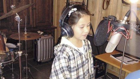 Ungt talent: Kassandra Bøe (10) er én av to sangelever fra Vesta musikkskole som skal opptre sammen med Oddvar Myklebust under den kulturelle julekalenderen fredag. Ifølge Myklebust er Kassandra et naturtalent, til tross for at hun ikke begynte på musikkskolen før i høst. Foto: Privat