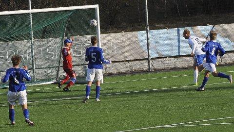 Vinnermålet: Péter Kovács scorer her kampens enste mål i cupduellen mot Kjelsås i Oslo. Dermed er SF klare for cupens tredje runde. Foto: Øystein Styrvold