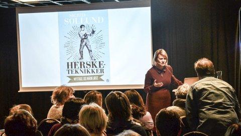 FORFATTER: Sigrid Sollund fra NRKs Dagsnytt 18 har skrevet bok hersketeknikker. Over 200, langt de fleste av dem kvinner, møtte opp i Sandefjord bibliotek for å høre henne snakke om temaet og sine egne erfaringer. – Noen bruker det bevisst, andre vet ikke hvordan det de gjør eller sier oppfattes, sier Sollund.