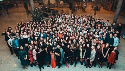 BIBELSKOLEELEVER: Hvert år har Brunstad Christian Church (BCC) elever fra mange steder i verden på bibelskolestudier på Brunstad. Når de er ferdige, reiser de igjen. Dette bildet er tatt av elevene på juleavslutningen før nyttår 2018, da mange tok farvel med venner fra mange deler av verden.