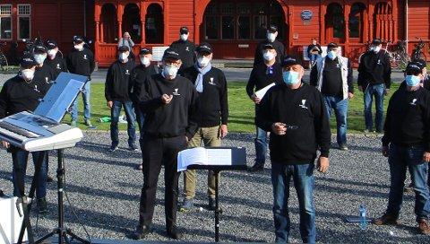 HISTORISK BILDE: Her har Sandefjord sangforening øvelse med 30 mann den 6. mai, med munnbind og to meters avstand.