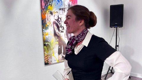 Gallerist Elisabeth Rudberg vil også gjøre seg selv tilgjengelig slik at folk som vurderer  å kjøpe kunst kan prate med henne. Hun brenner for å formidle kunst.