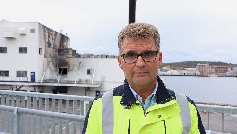 BRANN: Teknisk direktør i Jotun, Jan Helge Eriksen, sier arbeidet med å finne årsaken til brannen er i gang. De har fortsatt ikke fått lov til å gå inn i bygget som brant.