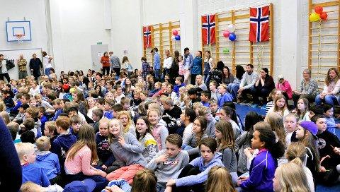 GLADE BARN: Gymsalen var fylt med samtlige elever ved Hafslund barneskole.