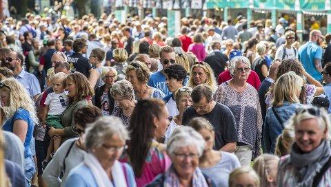 Tusenvis: Totalt 17.600 har vært innom Hafslundparken i helgen, og det har vært et yrende folkeliv av feststemte sarpinger. foto: Vetle Granath Magelssen