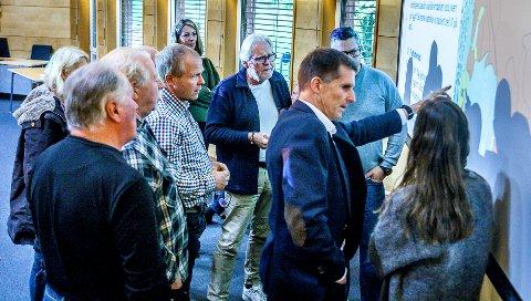 STORT ENGASJEMENT: Detaljreguleringsplanen for utbyggingen av Knattås skapte stort engasjemnent i utvalg for plansaker onsdag. Ikke selve utbyggingen, men det at drøyt ti dekar med dyrket mark går tapt. Fra venstre Line Olsen (delvis skjult), Ståle Hansen, Arild Sunde, Ståle Solberg, Hilde Holten, Jon Henriksen, Sigmund Vister (direktør for samfunn), Christer Ryen (delvis skjult) og Maria Skåren med ryggen til.