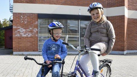 Stas: William Larsen og Viktoria Nikolaisen ved Mortenstua skole på Mysen fikk hver sin navnede sykkelhjelm.