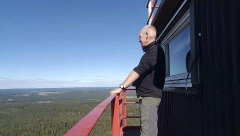 Per Evensen holder nå nøye vakt fra toppen av vakttårnet på Linnekleppen.