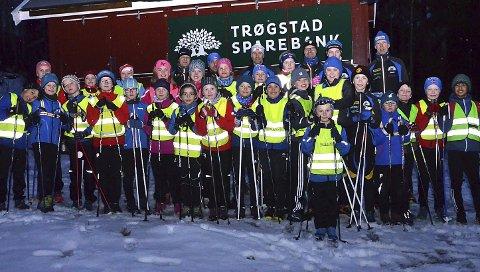 MANGE – OG FLERE NYE: Rundt 30 barn møter jevnlig på skitrening i Trøgstad skiklubb selv nå i mars selv om nesten hele vinteren har vært snøfri og det bare blir barmarkstrening og skileik. – Vi har faktisk fått fem-seks nye i vinter, forteller trenerne.