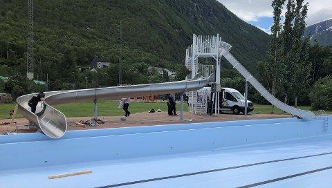 MILLIONINVESTERING: Nesten fem millionar kroner har Årdal kommune brukt på ny duk i bassenget og nytt rutsjeanlegg. I desse dagar er monteringa av dei nye skliene i full sving.