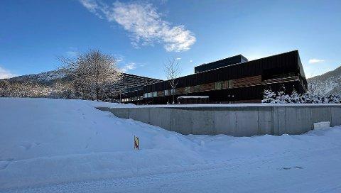FØRE VAR: I framkant av biletet ser ein korleis flaumvernet går frå betong til voll i parken på nord-vest sida av Dagabygget, nybygget for psykisk helsevern.