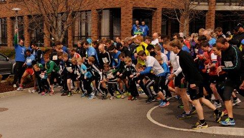 STARTSKUDD: 121 løp den 10,6 kilometer lange Strandamila på tid i år. Her starter mila på Jørpeland torg. Mål er Tau stadion.